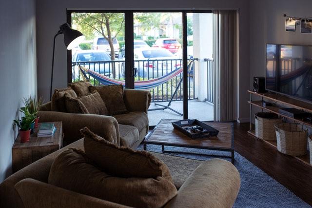 Miestnosť so sklenenými dverami nadmerných rozmerov.jpg