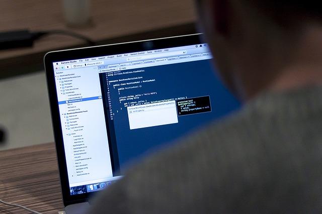 Programátor pri práci.jpg