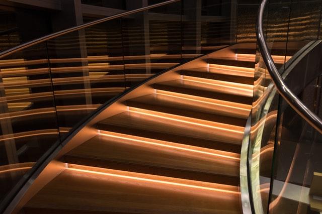 Celosklenené schodisko alebo radšej sklenené zábradlie?