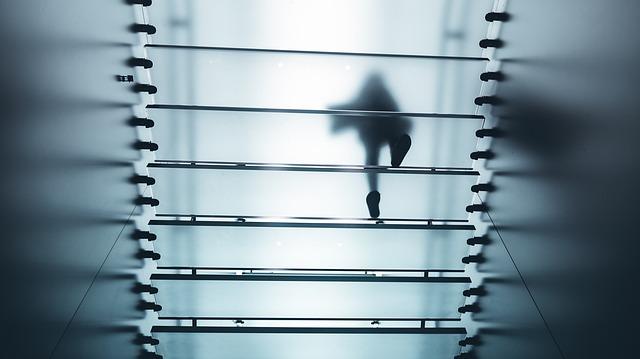Chôdza po sklenených schodoch