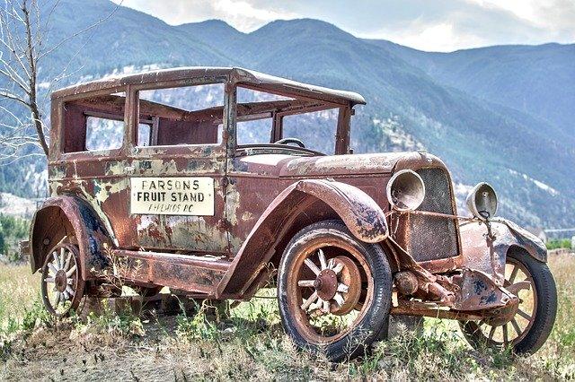 Torzo starého auta zaparkované na lúke v tráve