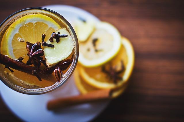 Nápoj so škoricou, badiánom a citrónom