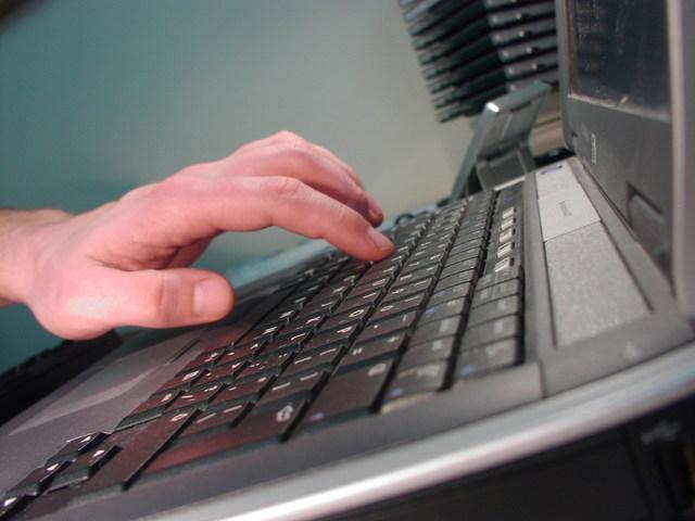 Notebook, ruka na klávesnici