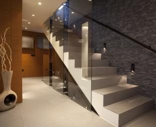 Každé schody dostanú iný výzor, ak ich vybavíte nerezovým zábradlím